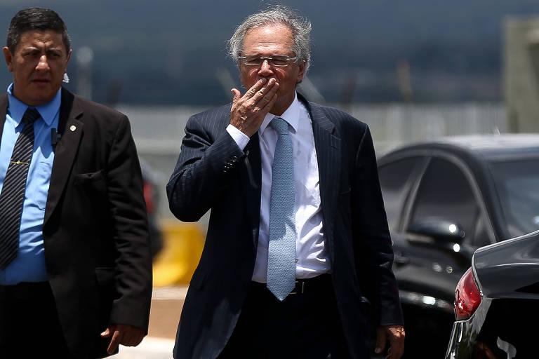 Retrato de Paulo Guedes gesticulando mandar um beijo com a mão esquerda