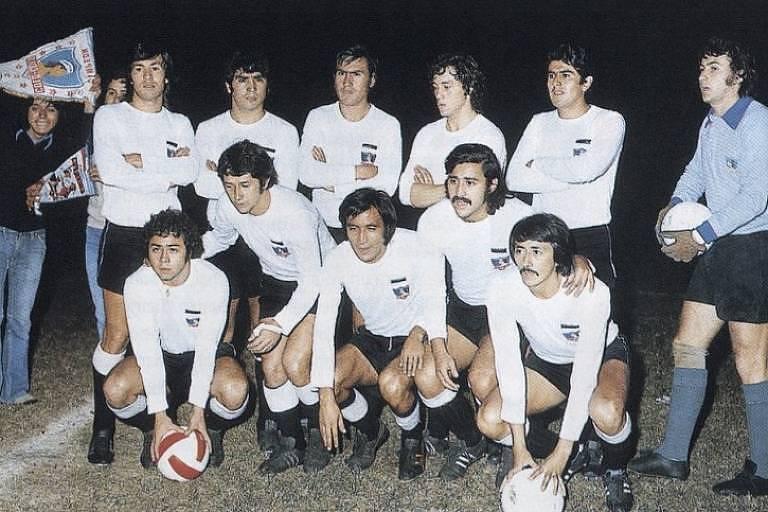 Colo-Colo, vice da Libertadores de 1973, com Carlos Caszely, o primeiro agachado à esq., e Leonardo Véliz, o último agachado à dir.