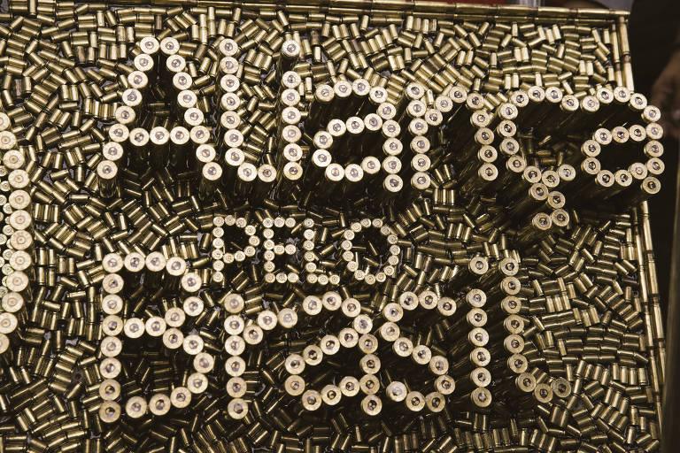 Obra com o nome e símbolo do partido Aliança pelo Brasil feita com cartuchos de balas
