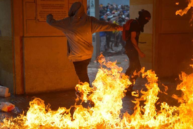 Manifestantes acendem fogo no prédio da prefeitura de Bogotá
