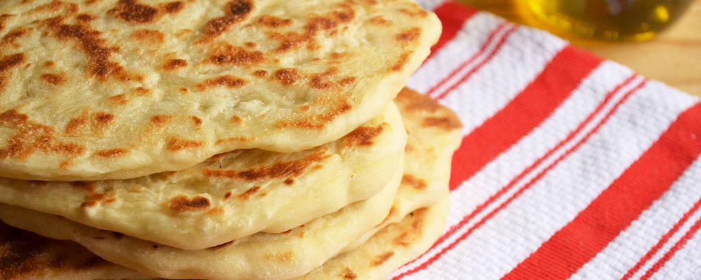 Pão tipo naan pode ser feito na frigideira e é ótimo como antepasto