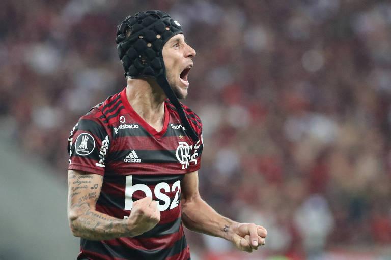 Rafinha comemora um dos gols do Flamengo sobre o Grêmio na semifinal da Libertadores
