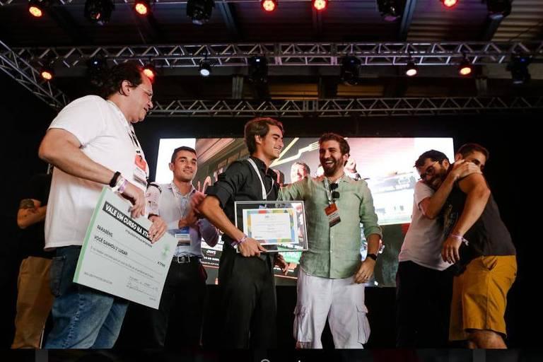 Noel Orlet festeja no Rio de Janeiro, ao lado dos outros finalistas, o título nacional da EO