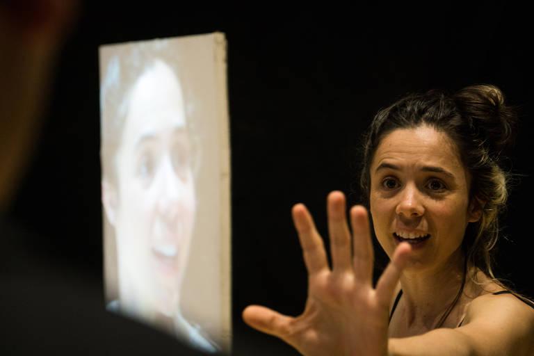 Veja fotos da peça 'As Mãos Sujas'