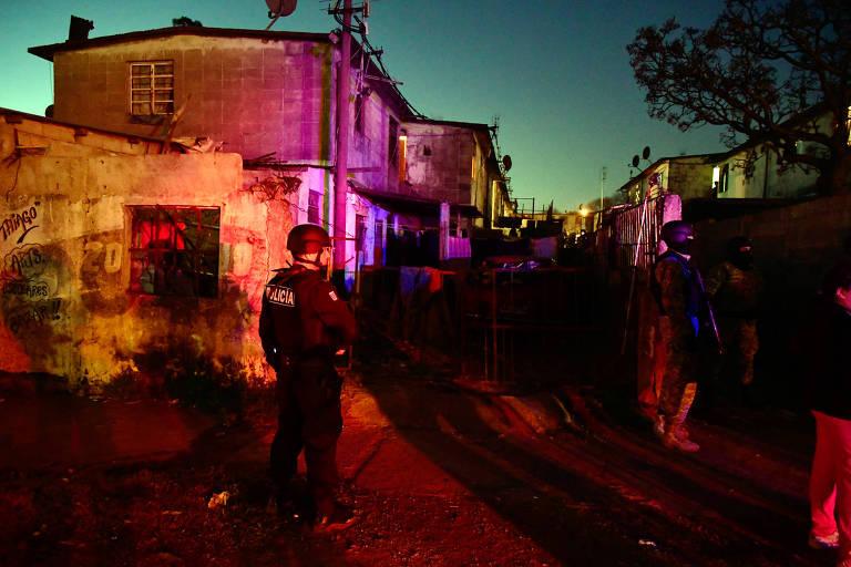 Policiais em demolição de casas irregulares em Casavalle