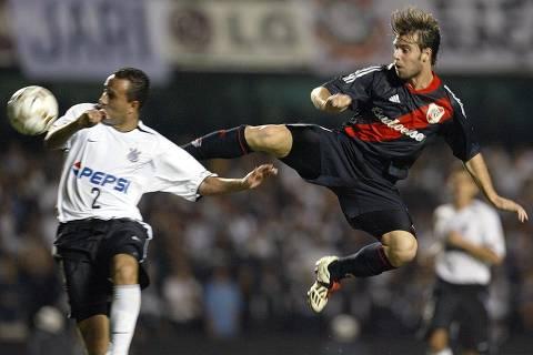 ORG XMIT: 222501_1.tif Fernando Cavenaghi (D), delantero del River Plate, disputa la pelota con Rogerio Reis, defensor del Corinthians, el 14 de mayo de 2003, en el Estadio Morumbi, en Sao Paulo, Brasil, en partido valido por los octavos de final de la Copa Libertadores de America. River Plate vencio a Corinthians 2-1 y enfrentara al America de Cali en los cuartos de final. AFP PHOTO/Mauricio LIMA