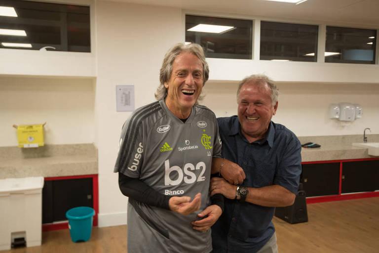 Zico cumprimenta o técnico Jorge Jesus durante visita ao CT do Flamengo