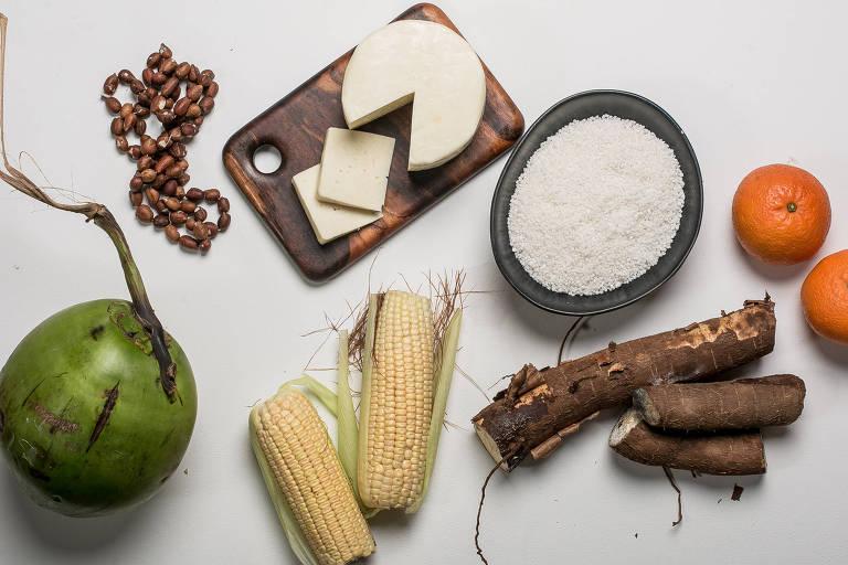 Em sentido horário: tangerina, mandioca, milho verde, coco verde, licuri, queijo de cabra e tapioca