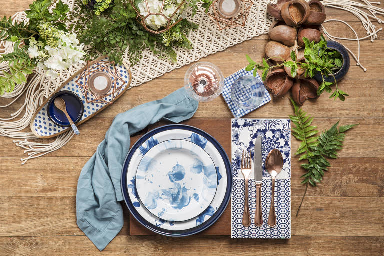 Mesa de natal decorada com pratos de ágata, talheres de cobre e detalhes de macramê