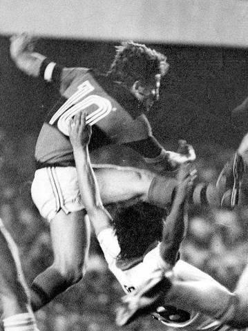 ORG XMIT: 573901_0.tif 1981  Futebol - Taça Libertadores da América, 1981: Flamengo 2x1 Cobreloa: o jogador Zico (camisa 10) durante lance da vitória do Flamengo sobre o Cobreloa, do Chile. (Foto Arquivo Jornal dos Sports)