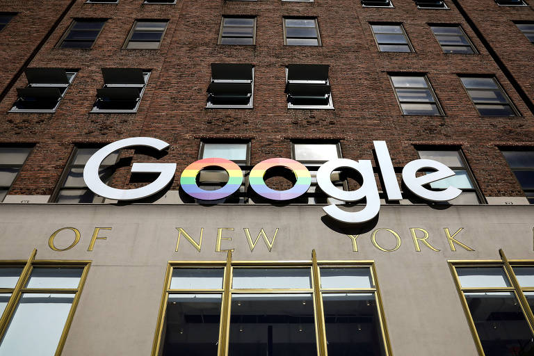 O logo do google pode ser visto, de baixo para cima, na sede da empresa em Nova York, em um prédio marrom, de tijolos