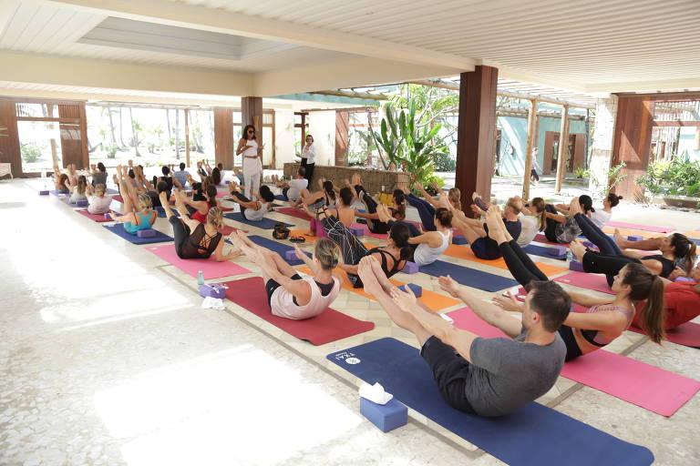 A professora Márcia de Luca orienta aula de ioga durante evento  no Txai Resort,  em Itacaré,  no sul da Bahia