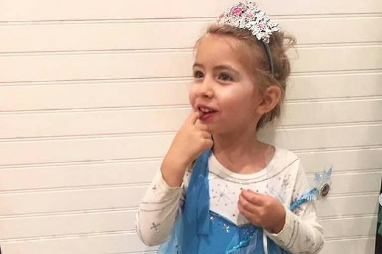 A pequena Ellery Clark, que tem câncer, vestida de Frozen