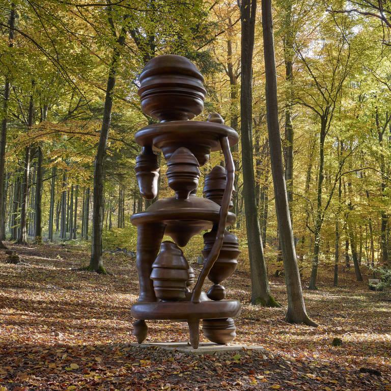 escultura na floresta
