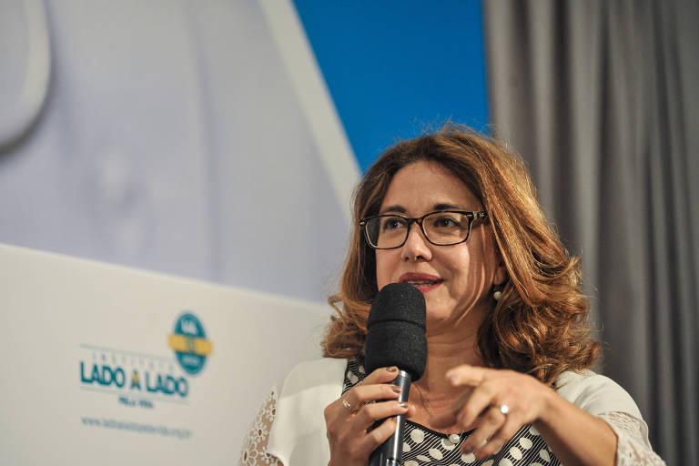 A jornalista Cláudia Collucci em seminário promovido pelo jornal