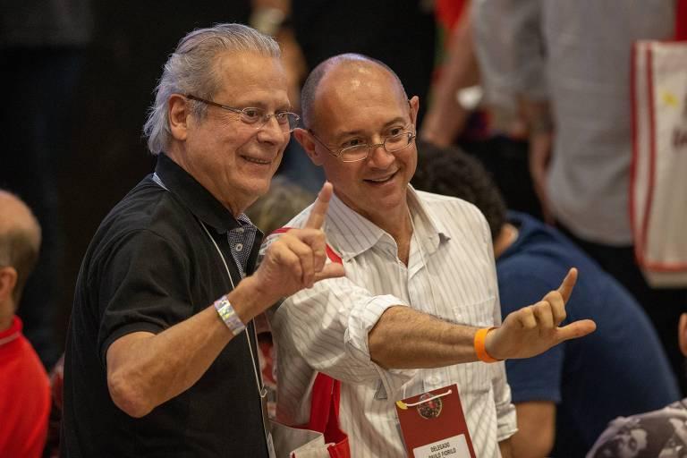 O ex-ministro José Dirceu ao lado de militante no congresso do PT em São Paulo