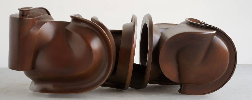 Escultura de Tony Cragg em exposição no MuBE
