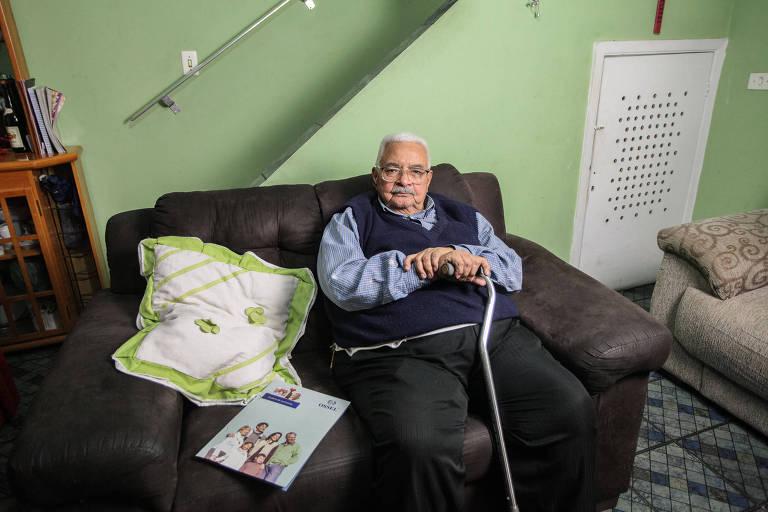O aposentado Geraldo Bessa Esteves, 87 anos, de Cidade Ademar (zona sul), tenta desistir do plano contratado no dia 3 de outubro, mas afirma que o pedido não é atendido e a empresa quer cobrar multa