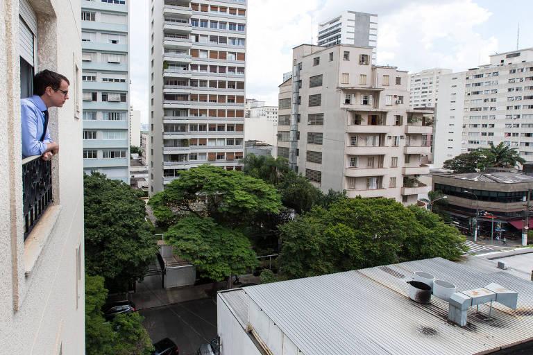 O médico Rubens Belfort Neto, 42,convive com o barulho constante dos exaustores do restaurante ao lado de sua casa, em São Paulo
