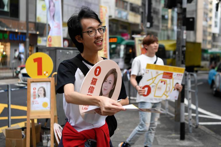 Jovens fazem campanha para Susi Law, candidata nas eleições distritais de Hong Kong, em 23 de novembro de 2019.