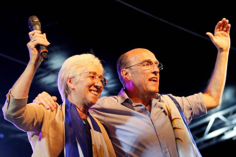 O candidato pela Frente Ampla, Daniel Martínez, em evento de campanha ao lado de sua companheira de chapa, Graciela Villar, em Florida, no Uruguai