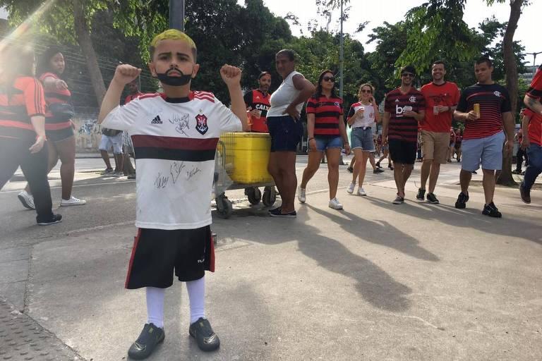 Emerson, 5, fantasiado de mini-Gabigol nas proximidades do Maracanã