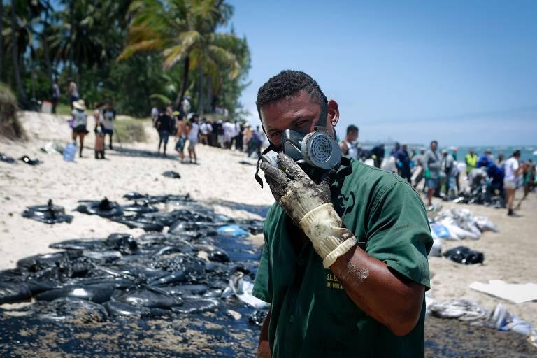 Voluntários ajudam a limpar praias do litoral brasileiro afetadas por óleo