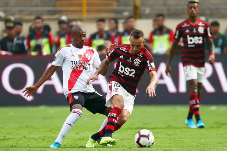 O brasileiro Rafinha domina a bola e faz o giro diante da marcação de De la Cruz