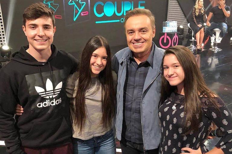 Gugu Liberato, 60 anos com os filhos João Augusto, 18, e as gêmeas Sofia e Marina,15