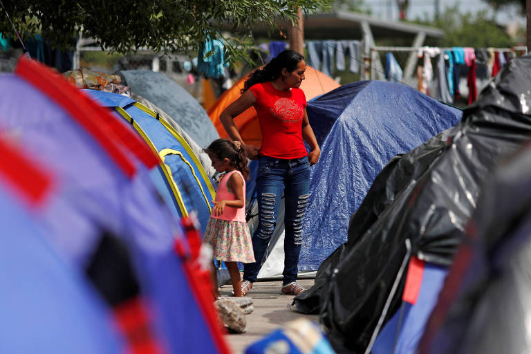 Imigrantes em acampamento em Matamoros, no México, ao fim do Gateway International Bridge
