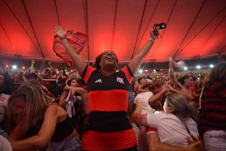No Maracanã, torcedores do Flamengo comemoram título da Libertadores conquistado em Lima