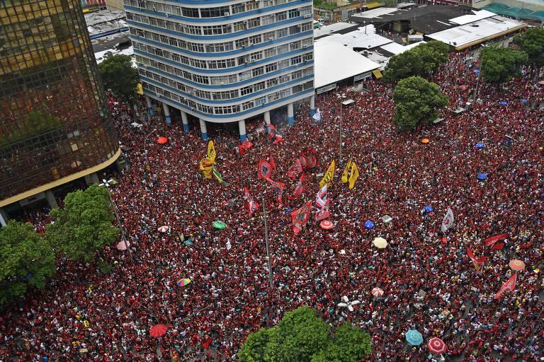 Multidão de torcedores do Flamengo no centro do Rio de Janeiro