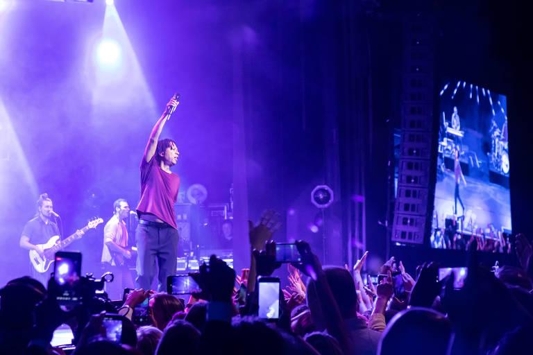 """Djavan durante show da turnê """"Vesúvio"""", no Espaço das Américas"""