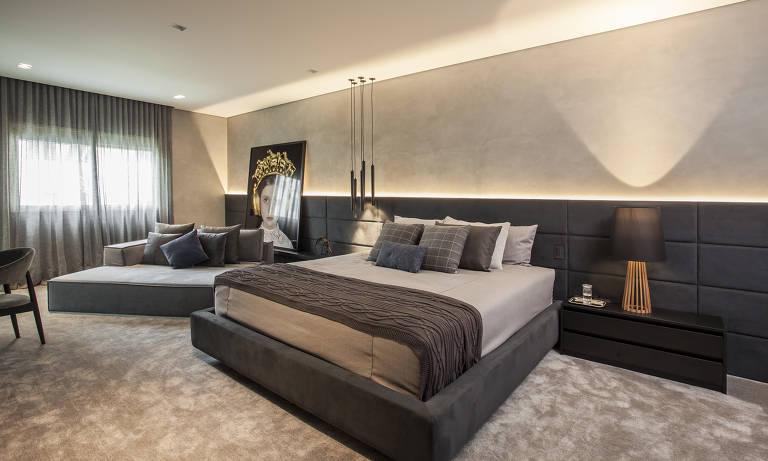 A metragem generosa do dormitório de 20 metros quadrados permitiu à arquiteta Karina Korn colocar uma cama de casal e um sofá tipo chaise. A unidade do ambiente fica por conta da cabeceira, que segue por toda a extensão da parede
