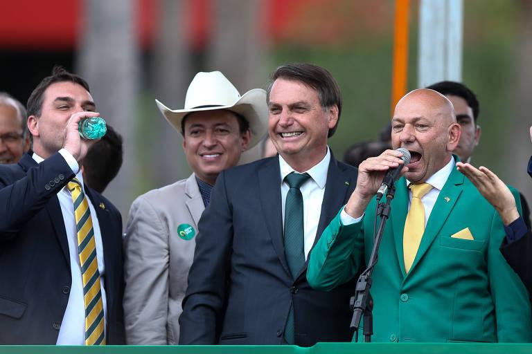 Luciano Hang ao lado do presidente Jair Bolsonaro e de seu filho, senador Flávio Bolsonaro