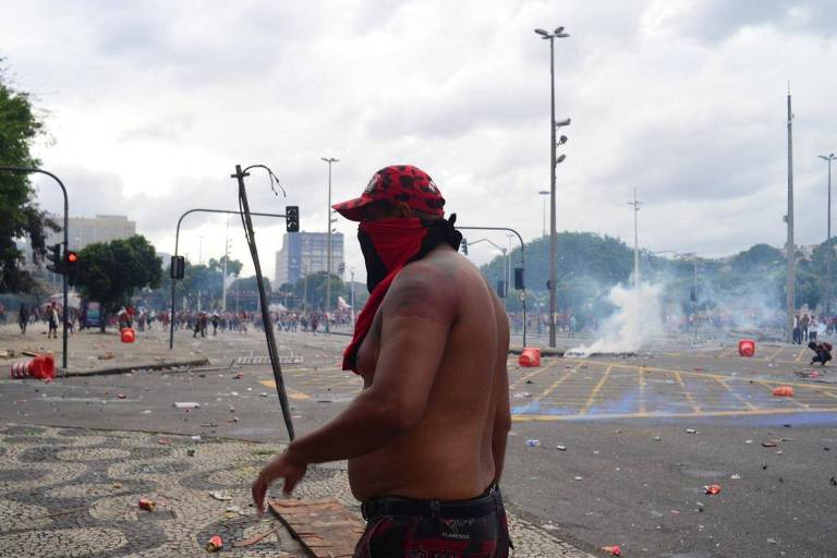Festa e confusão marcam comemoração de flamenguistas no centro do Rio por título da Libertadores