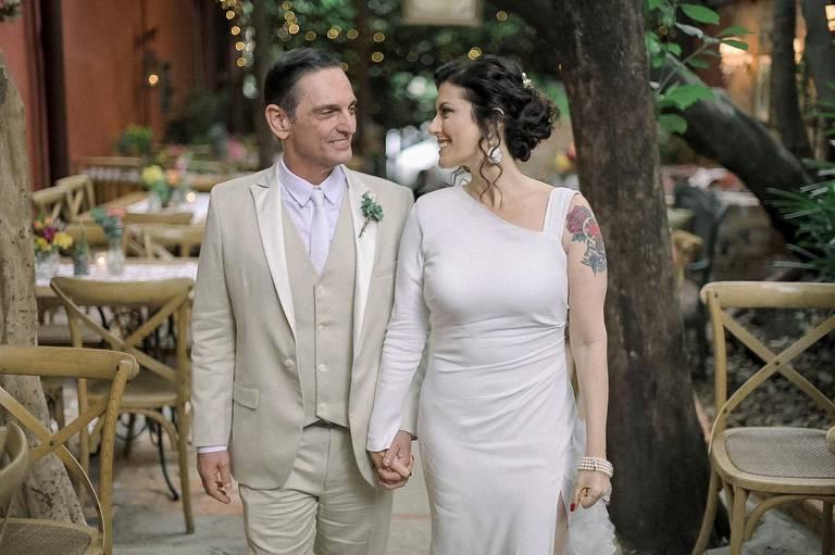 Paulo Mikos se casa com Renata Galvão