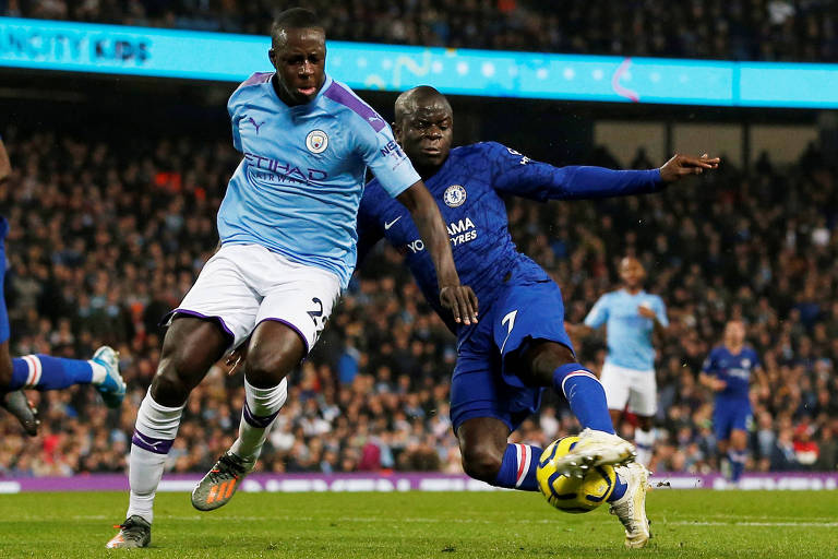 O volante N'Golo Kanté (à dir.) durante partida entre Chelsea e Manchester City, pelo Campeonato Inglês