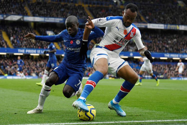 Kanté (à esq.) durante partida do Chelsea pelo Campeonato Inglês