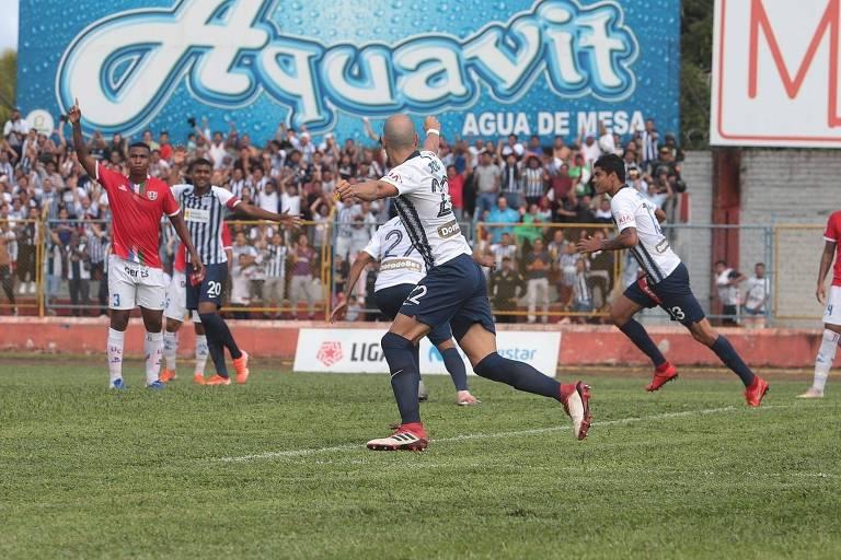 Jogadores do Alianza Lima (Peru) comemoram gol no jogo que deu ao time o título do Torneo Clausura