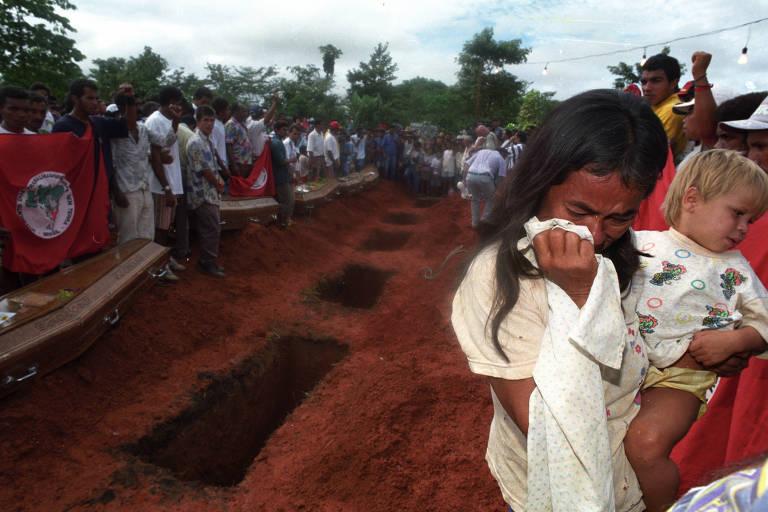 Viúva e filho no enterro das vítimas do massacre de Eldorado do Carajás, em abril de 1996, no Pará