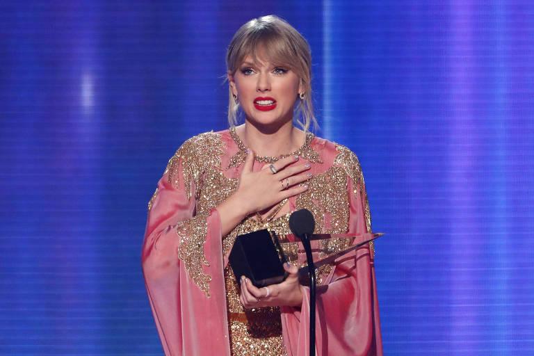 Cantora Taylor Swift recebendo prêmio no American Music Awards 2019
