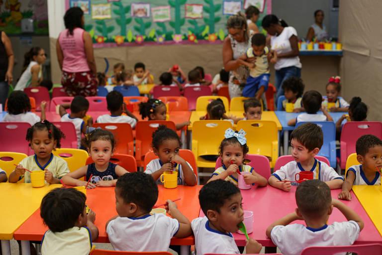 Crianças comem salada de fruta na creche Cheiro de Amor, na cidade de Serrinha (BA), que tem merenda vegana