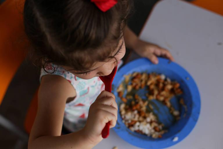 Criança almoça na creche Pequeno Gênio, na cidade de Serrinha (BA), que tem cardápio vegano duas vezes por semana