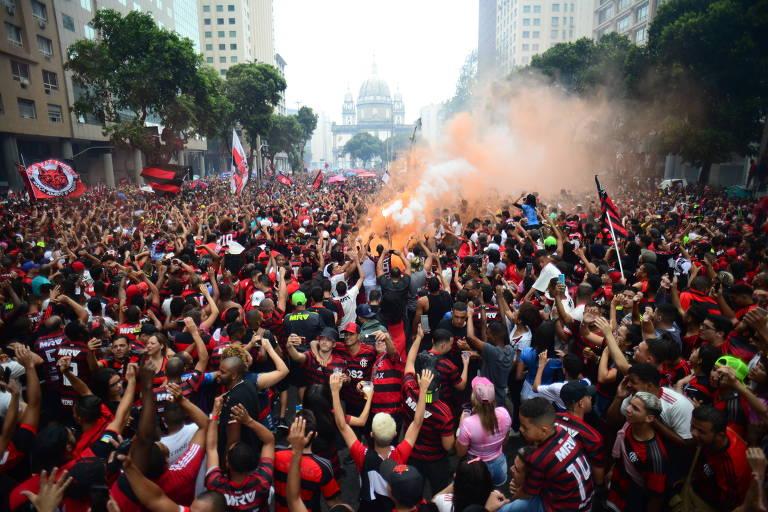 Multidão acompanha desfile de jogadores, comissão técnica e dirigentes do Flamengo na avenida Getúlio Vargas, centro do Rio