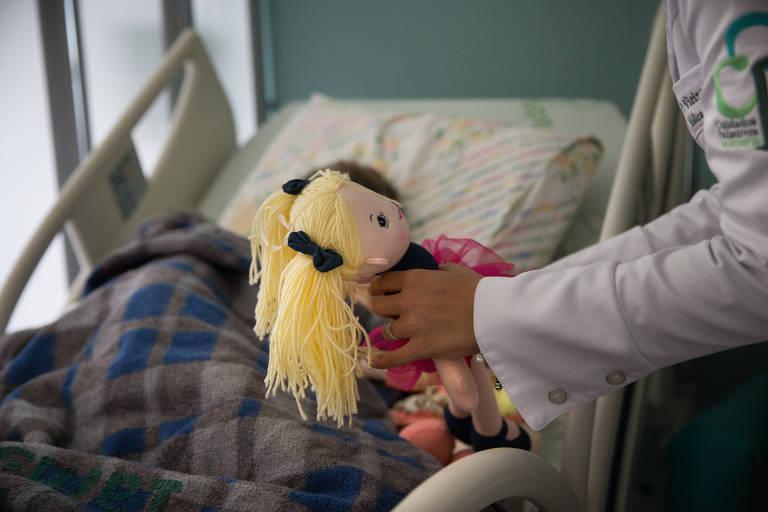 A dra Maria Goretti Maciel e a equipe de cuidados paliativos do Hospital do Servidor fazem visita em leitos de doentes terminais
