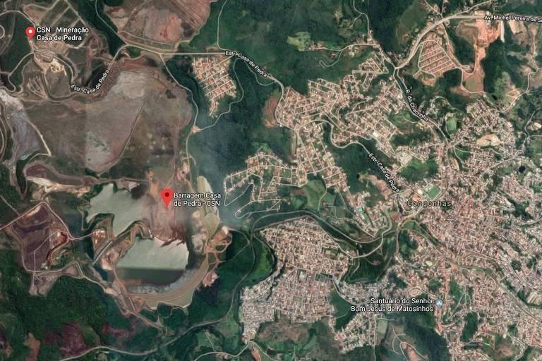 Foto de satélite mostra a localização da Barragem Casa da Pedra. Ela está do lado da cidade de Congonhas, em Minas Gerais, e do Santuário do Bom Jesus de Matosinhos