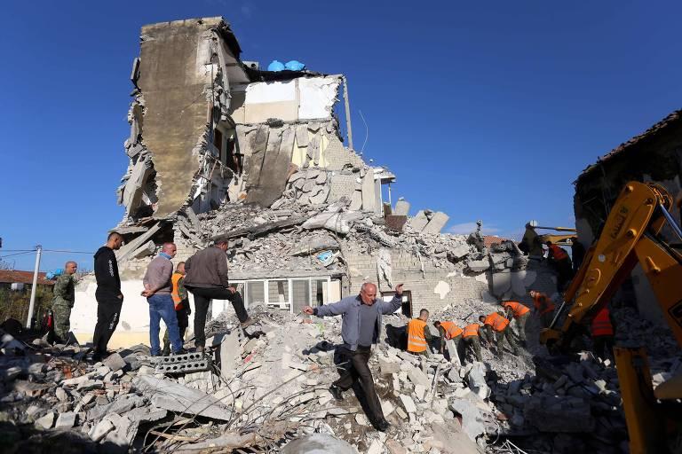 Equipes de emergência retiram destroços de prédio destruído devido a terremoto em Thumane, na Albânia