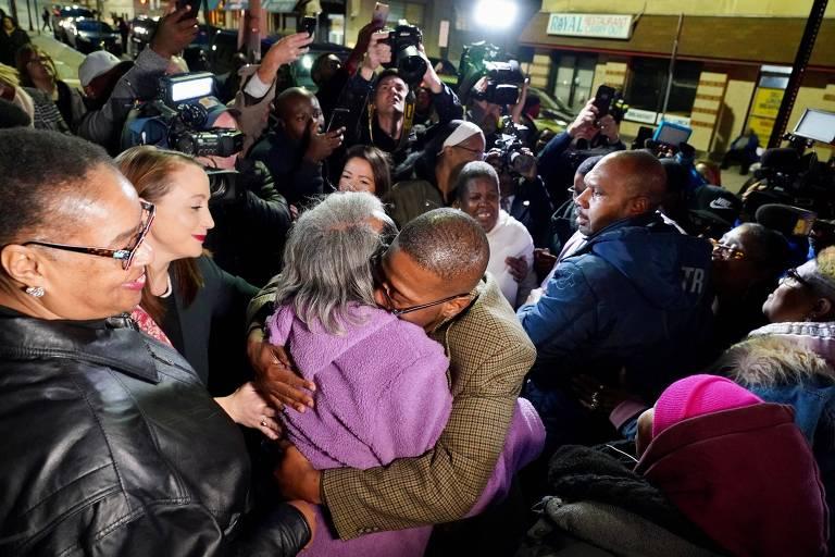 Alfred Chesnut abraça sua mãe após deixar a prisão, em Baltimore