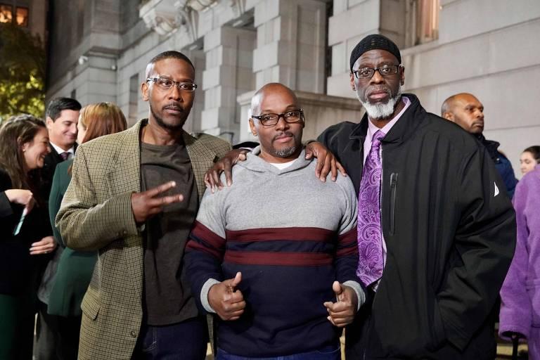 Da esq. para a dir., Alfred Chesnut, Andrew Stewart e Ransom Watkins ao serem libertados, em Baltimore